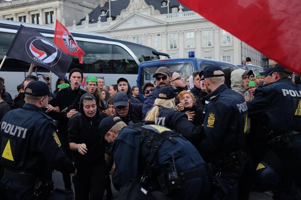Politiet holder AFA på afstand af For Frihed. Foto: Kristoffer Trolle