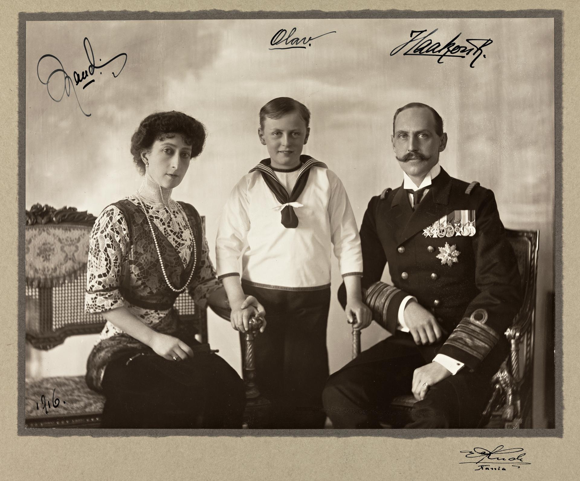 portrett_av_dronning_maud_kronprins_olav_og_kong_haakon_vii_ca_1910