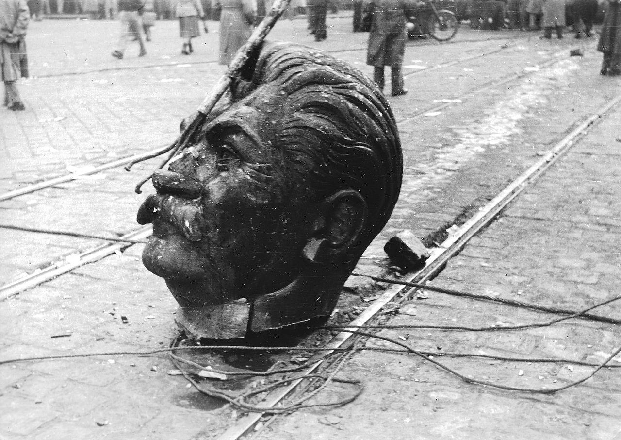 1956_a_budapesti_sztalin-szobor_elgurult_feje_fortepan_93004
