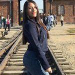 Forestil dig at besøge Auschwitz og gøre det til din prioritet at tage et foto af din røv, der stikker ud, på de samme spor, som transporterede millioner til deres død